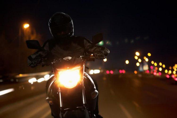 Recommandations pour rouler en toute sécurité la nuit sur une moto